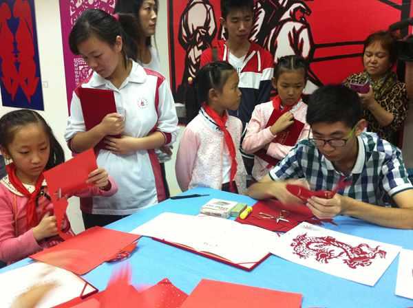 上海市 枫林韵 中小学生剪纸大赛作品展开幕