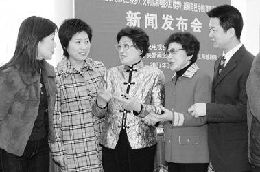组演员 右起 赵志刚 徐玉兰 王文娟 方亚芬在媒体见面会上共话艺事 -