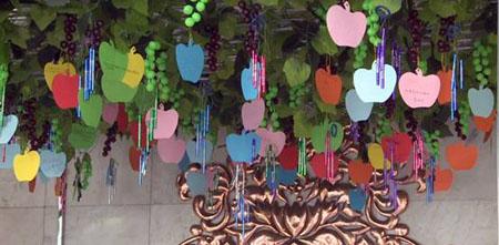 触觉艺术门厅挂满葡萄藤叶和风铃,给盲人参观者寄
